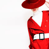 Εκλεκτής ποιότητας γυναικείο μοντέρνο ύφος σε έναν κόκκινους επενδύτη και ένα καπέλο Στοκ Εικόνα