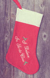 Εκλεκτής ποιότητας εικόνα της γυναικείας κάλτσας Χριστουγέννων στο ξύλινο υπόβαθρο Στοκ Εικόνα