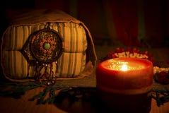 Εκλεκτής ποιότητας εικόνα ύφους νύχτας του dreamcatcher στο φως μαξιλαριών και κεριών κλασικών Στοκ φωτογραφίες με δικαίωμα ελεύθερης χρήσης