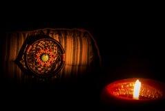 Εκλεκτής ποιότητας εικόνα ύφους νύχτας του dreamcatcher στο φως μαξιλαριών και κεριών κλασικών Στοκ Εικόνες