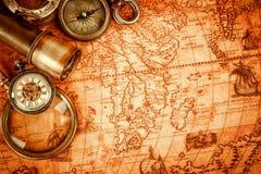 Εκλεκτής ποιότητας ενίσχυση - το γυαλί βρίσκεται σε έναν αρχαίο παγκόσμιο χάρτη στοκ φωτογραφία με δικαίωμα ελεύθερης χρήσης