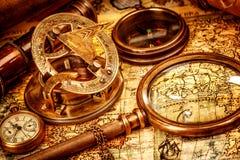 Εκλεκτής ποιότητας ενίσχυση - το γυαλί βρίσκεται σε έναν αρχαίο παγκόσμιο χάρτη Στοκ Εικόνες