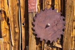 Εκλεκτής ποιότητας λεπίδα πριονιών σιδήρου στην πλευρά του κτηρίου 1800s στοκ φωτογραφία με δικαίωμα ελεύθερης χρήσης