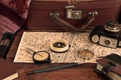 Εκλεκτής ποιότητας εργαλεία ενός ταξιδιώτη, πυξίδα, κάμερα, βαλίτσα στοκ εικόνες