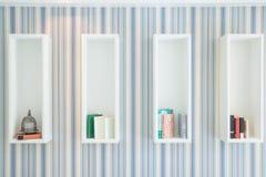 Εκλεκτής ποιότητας εσωτερικό με ένα ράφι για τα βιβλία και τα εξαρτήματα στοκ εικόνα με δικαίωμα ελεύθερης χρήσης