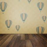 Εκλεκτής ποιότητας εσωτερικό υπόβαθρο grunge με το ξύλινα πάτωμα και το μπαλόνι Στοκ Εικόνες