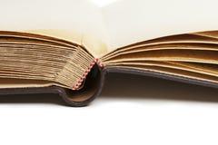 Εκλεκτής ποιότητας λεύκωμα φωτογραφιών με τις κίτρινες σελίδες _ Στοκ Φωτογραφίες