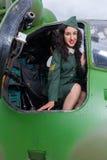 Εκλεκτής ποιότητας ελικόπτερο και προκλητικός στρατιώτης pinup Στοκ Φωτογραφίες