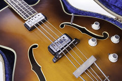 Εκλεκτής ποιότητας ημι-ακουστική βαθιά κιθάρα φ-τρυπών Στοκ Φωτογραφίες