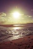 Εκλεκτής ποιότητας ηλιόλουστο τοπίο ακροθαλασσιών παραλιών ηλιοβασιλέματος στοκ εικόνα