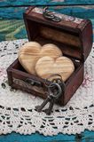 Εκλεκτής ποιότητας θωρακικές ξύλινες καρδιές μέσα Στοκ Εικόνες