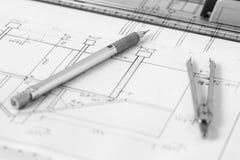 Εκλεκτής ποιότητας διαιρέτης και μηχανικό μολύβι στο τεχνικό σχέδιο Στοκ Εικόνα