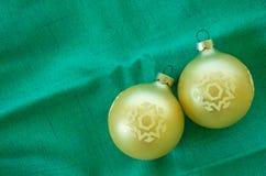 2 εκλεκτής ποιότητας διακοσμήσεις Χριστουγέννων σε ένα πράσινο υπόβαθρο Στοκ εικόνα με δικαίωμα ελεύθερης χρήσης