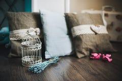 Εκλεκτής ποιότητας διακοσμητικό κλουβί πουλιών με lavender τα λουλούδια Στοκ εικόνα με δικαίωμα ελεύθερης χρήσης