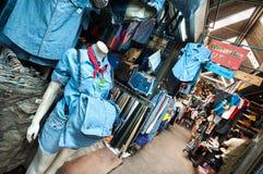 Εκλεκτής ποιότητας ιματισμός τζιν στην αγορά Σαββατοκύριακου Chatuchak, Μπανγκόκ Στοκ Φωτογραφίες