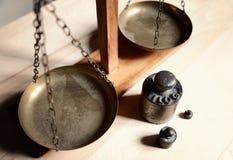 Εκλεκτής ποιότητας ισορροπία με την αναδρομική κλίμακα βάρους - βάρος ενός χιλιογράμμου Στοκ Φωτογραφίες