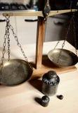 Εκλεκτής ποιότητας ισορροπία με την αναδρομική κλίμακα βάρους - βάρος ενός χιλιογράμμου Στοκ φωτογραφίες με δικαίωμα ελεύθερης χρήσης