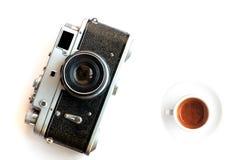 Εκλεκτής ποιότητας κάμερα και ένα φλιτζάνι του καφέ Στοκ εικόνες με δικαίωμα ελεύθερης χρήσης