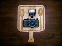 Εκλεκτής ποιότητας κάμερα ταινιών με τη λάμψη που τίθεται στο πιάτο για τα τρόφιμα στοκ εικόνες