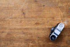 Εκλεκτής ποιότητας κάμερα φωτογραφιών σε έναν ξύλινο πίνακα Στοκ φωτογραφίες με δικαίωμα ελεύθερης χρήσης