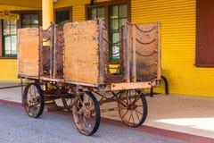 Εκλεκτής ποιότητας κάρρο αποσκευών ξύλου & αλυσίδων στο σταθμό σιδηροδρόμου στοκ φωτογραφία με δικαίωμα ελεύθερης χρήσης