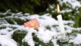 Εκλεκτής ποιότητας κάτοχος κεριών χριστουγεννιάτικων δέντρων με το αναμμένο κερί υπαίθριο, χειμερινή σκηνή φιλμ μικρού μήκους