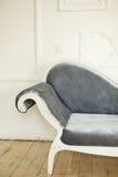Εκλεκτής ποιότητας καναπές σε ένα υπόβαθρο ενός τουβλότοιχος Στοκ φωτογραφίες με δικαίωμα ελεύθερης χρήσης