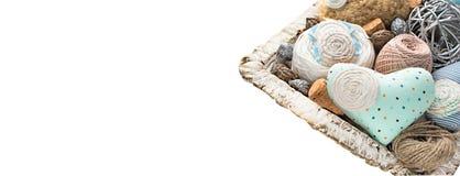 Εκλεκτής ποιότητας καλάθι της ραπτικής στο άσπρο υπόβαθρο Στοκ φωτογραφία με δικαίωμα ελεύθερης χρήσης