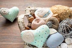 Εκλεκτής ποιότητας καλάθι της ραπτικής στο ξύλινο υπόβαθρο Στοκ Εικόνες