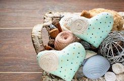 Εκλεκτής ποιότητας καλάθι της ραπτικής στο ξύλινο υπόβαθρο Στοκ Φωτογραφίες