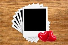 Εκλεκτής ποιότητας κενές κάρτες φωτογραφιών ταινιών και κόκκινες καρδιές στο ξύλο Στοκ φωτογραφίες με δικαίωμα ελεύθερης χρήσης