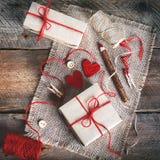 Εκλεκτής ποιότητας κιβώτια δώρων με την κενή ετικέττα δώρων στο παλαιό ξύλινο υπόβαθρο Στοκ Εικόνες