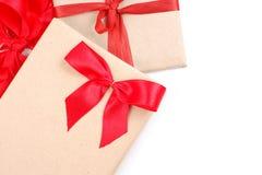 Εκλεκτής ποιότητας κιβώτιο δώρων με το κόκκινο τόξο κορδελλών Στοκ εικόνα με δικαίωμα ελεύθερης χρήσης