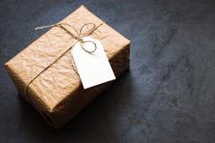 Εκλεκτής ποιότητας κιβώτιο δώρων σε έναν γκρίζο πίνακα πετρών Στοκ εικόνα με δικαίωμα ελεύθερης χρήσης