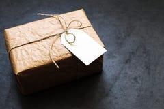 Εκλεκτής ποιότητας κιβώτιο δώρων σε έναν γκρίζο πίνακα πετρών Στοκ εικόνες με δικαίωμα ελεύθερης χρήσης