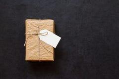 Εκλεκτής ποιότητας κιβώτιο δώρων σε έναν γκρίζο πίνακα πετρών Στοκ φωτογραφίες με δικαίωμα ελεύθερης χρήσης