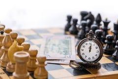 Εκλεκτής ποιότητας κομμάτια χρημάτων και σκακιού ρολογιών τσεπών Στοκ Εικόνες