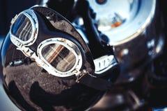 Εκλεκτής ποιότητας κράνος μοτοσικλετών που τοποθετείται σε ένα υπόβαθρα λεπτομέρειας ασφάλειας μεταφορών μοτοσικλετών μοτοσικλετώ Στοκ Εικόνες