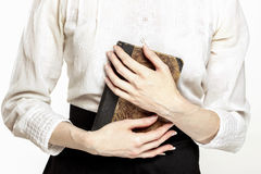 Εκλεκτής ποιότητας κυρία που κρατά το αρχαίο βιβλίο Στοκ εικόνα με δικαίωμα ελεύθερης χρήσης