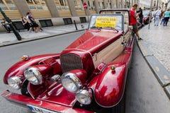 Εκλεκτής ποιότητας κόκκινο αυτοκίνητο μπροστά από το κάστρο της Πράγας Στοκ εικόνα με δικαίωμα ελεύθερης χρήσης