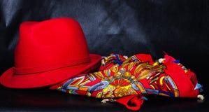 Εκλεκτής ποιότητας κόκκινο καπέλο στο μαύρο υπόβαθρο Στοκ Φωτογραφίες