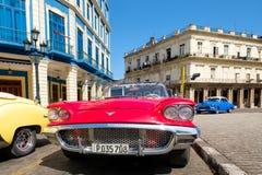 Εκλεκτής ποιότητας κόκκινο μετατρέψιμο αυτοκίνητο της Ford Thunderbird που σταθμεύουν στην παλαιά Αβάνα Στοκ Εικόνα