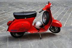 Εκλεκτής ποιότητας κόκκινο μηχανικό δίκυκλο Στοκ φωτογραφίες με δικαίωμα ελεύθερης χρήσης