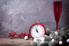 Εκλεκτής ποιότητας κόκκινο ρολόι, γυαλί με την άμπελο, δέντρο γουνών κλάδων και κόκκινο β Στοκ Εικόνες
