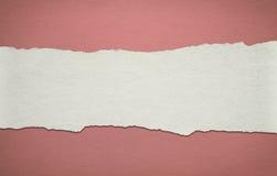 Εκλεκτής ποιότητας κόκκινο υπόβαθρο εγγράφου με το άσπρο σχισμένο λωρίδα Στοκ Εικόνες