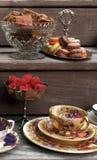 Εκλεκτής ποιότητας κόμμα τσαγιού ύφους με macaroons και τις φράουλες Στοκ Φωτογραφίες