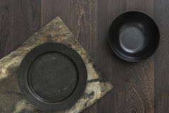 Εκλεκτής ποιότητας κύπελλα πιατικών στο αγροτικό εκλεκτής ποιότητας ξύλινο υπόβαθρο Στοκ Φωτογραφία