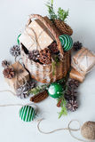 Εκλεκτής ποιότητας κώνος πεύκων σφαιρών καλαθιών δώρων Χριστουγέννων Στοκ φωτογραφία με δικαίωμα ελεύθερης χρήσης