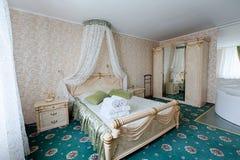Εκλεκτής ποιότητας κλασικό εσωτερικό κρεβατοκάμαρων ξενοδοχείων Στοκ Εικόνες