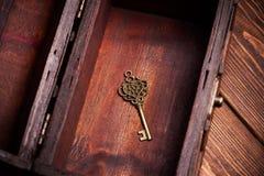 Εκλεκτής ποιότητας κλειδί μέσα στο παλαιό στήθος θησαυρών Στοκ εικόνα με δικαίωμα ελεύθερης χρήσης